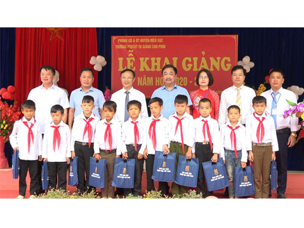Tặng 20.000 cuốn SGK lớp 1 cho học sinh có hoàn cảnh khó khăn