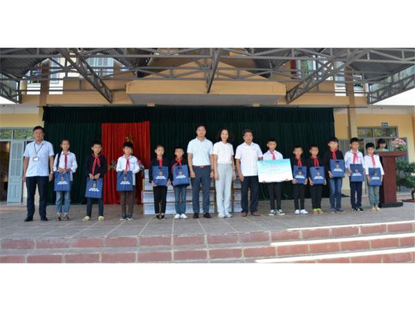 Lai Châu: 350 bộ sách giáo khoa đến với 2 trường THCS và THPT